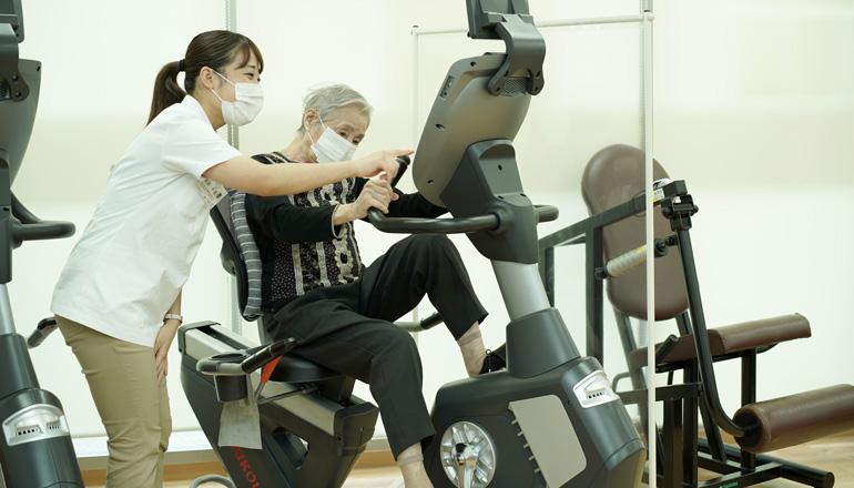 自転車エルゴメーターで体力をつける訓練