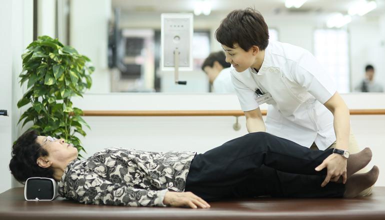 リハビリを行う阿部さんの写真