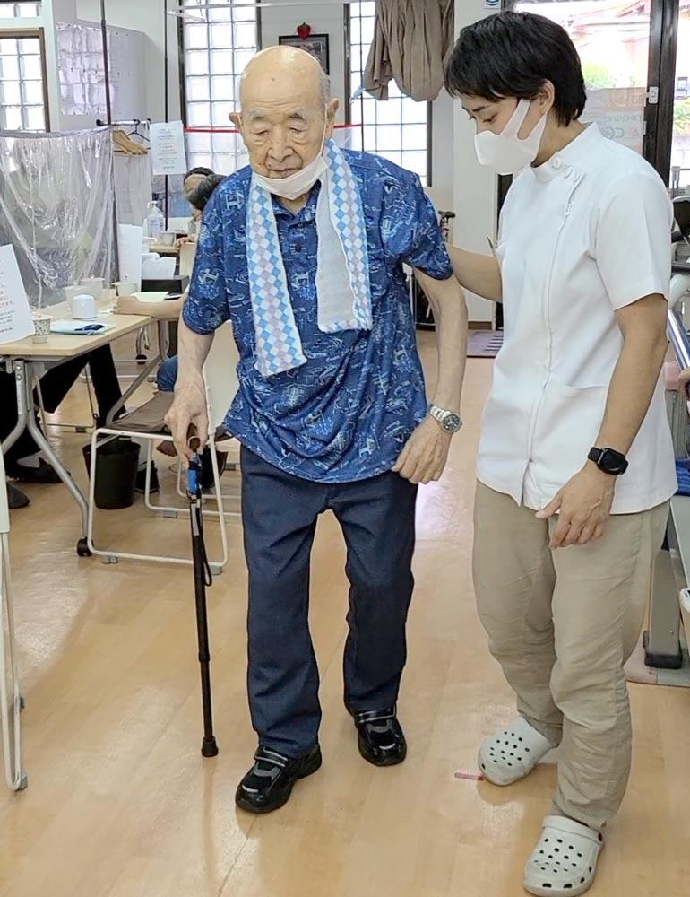 歩行訓練をする阿部さんの写真