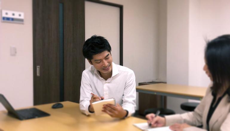 社員とコミュニケーションをとる中塚さん