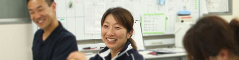 同僚と笑っている和田さん